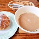 ラッキィズ カフェ - シュークリーム ¥160・カフェオレ ¥400(ケーキセットでドリンク¥100引き)