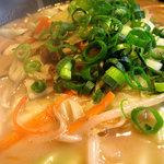 一番山 - 野菜の風味が加わって、豚骨ベースのちゃんぽんみたいな感じ。肉や魚介は入ってません。