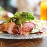 モナ・ペトロ - 彩り野菜のローストビーフサラダ
