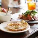 モナ・ペトロ - 彩り野菜のローストビーフサラダ、パン、スープ