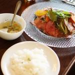 モナ・ペトロ - 彩りサラダのローストビーフサラダ、ライス
