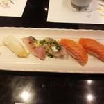 江戸前 びっくり寿司 - イカ、アジ、サーモン