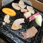 奥阿蘇の宿 やまなみ - あか牛・猪肉・鶏肉の3種類をタレと岩塩で頂きます♪