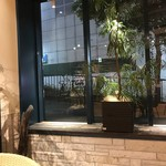 スパイスマジック - H29.9 窓風景・先には東急ハンズ渋谷店
