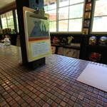 山cafe - カウンター状のテーブルの前は通路