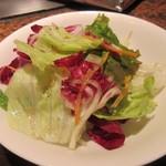 うまかもん亭 - 鉄板焼きが始まる前に生野菜のサラダをいただいて鉄板焼きの準備はOKです。