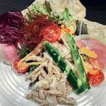 関内 個室肉バル 颯 - 蒸し鶏のバンバンジーサラダ