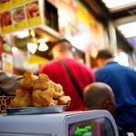 西湖春上海小龍包 - 付近はアジア系の飲み屋が多い。