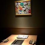 東京苑 - 絵が印象的なテーブル席この絵にはアンパンマンが隠れています(о´∀`о)やっと見つけられた〜