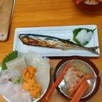 74348105 - わがまま丼(2160円)                       生秋刀魚塩焼き(648円)                       蟹汁(追加料金326円)