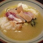 東麻布 逢坂  - 最初はご飯に鯛を乗せて食べ、その後出汁を掛けていただきます♪