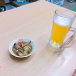 上野萬屋酒舗 - 500円セット。餃子がウマイ。(写真はモツ煮)