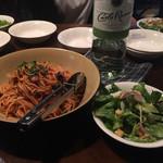 カラパナ - おススメのカラスパ(トマトパスタ)とサラダ