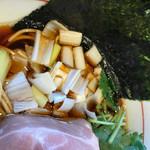 寿製麺 よしかわ - 三つ葉がアクセント