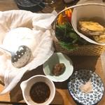 和彩dining 花 - 自家製汲み上げ豆腐と産地直送お野菜盛り (サラダほうれん草、かぼちゃ、サツマイモの天ぷら)
