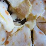 ナンハウス カトマンズ - とろけるチーズたっぷり。