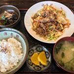 源来軒 - 料理写真:焼肉定食 930円(ご飯は半分でお願いしました)