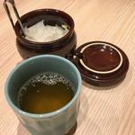 とんかつ一頭揚げ 亀かわ - お茶とお漬物
