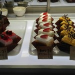 パレットアトリウム - 左三つは美味しい定番のケーキ