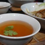 タイ料理レストラン Tha Chang - パクチーが浮かんでいます