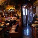 タイ料理レストラン Tha Chang - 薄暗い、カラオケスナックみたいな店内