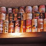 COCOA SHOP AKAITORI - 天井近くの棚には缶ココアがこんなにいっぱい。       見たことがないものが多いし、もう売っていない       貴重なココアもありそう。