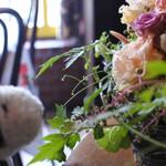 COCOA SHOP AKAITORI - ちびつぬ「お花がきれいね~」              乙女チックな内装にちびつぬもうっとり・・・