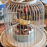 COCOA SHOP AKAITORI - ちびつぬは、バードネストケーキに。 見て見て~店名の『AKAITORI(赤い鳥)』に合わせた 鳥かごに入ったケーキなんだよ。こちらのお店の人気メニューなの!! (ケーキ単品だと450円)