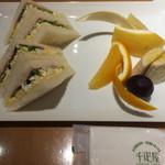 74389206 - サンドイッチと、フルーツ、紅茶つきのサンドセット