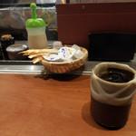 東京 今井屋本店 - 内観:カウンター席の様子、ほうじ茶