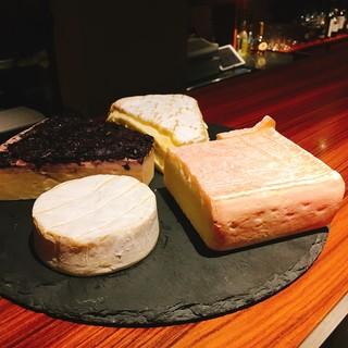 神楽坂で一番のコスパでフランスやイタリアの厳選チーズ提供中!