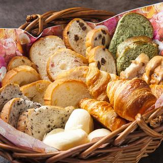 ランチのパンはお替り自由!