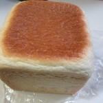 一本堂 - 食パンは全て正方形の形で焼き上げられてました。