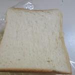 74399217 - 外は香ばしく焼かれ中はフワフワのそのまま食べてもとっても美味しいこの店の人気NO1の食パンです。