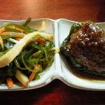 亀ちゃん - お通し:ピーマン肉詰めと昆布煮(300円)