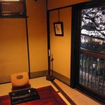 山家料理 鳴瀬 - 窓から桜のライトアップが見えます