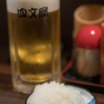 牛の四文屋 - 2017.10 生ビール(500円)、口直しの大根おろし