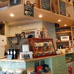 スリーフィッシュコーヒー - モノトーンと原色のバランスが良い内観