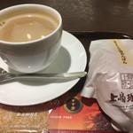 上島珈琲店 - 珈琲Mサイズです。あんぱんセットで¥660。