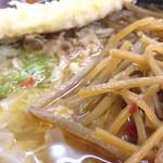 麺許皆伝 - 吉田のうどんには、きんぴらが良く合う