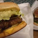ベーカーバウンス - ベーコンチーズバーガー&アボカドチーズバーガーエッグトッピング