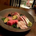 酒肴や 治流 - *お造り盛り合わせ(五種三貫)(¥1,800) ・本まぐろ、イサキ、ひらめ、ぶり、かんぱち
