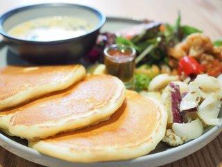 ウズナオムオム 駒込 - 3品デリプレート 1296円 のサーモンとほうれん草のクリーム煮、ゆり根とサツマイモのバターソテー、グリル野菜の和風マリネ