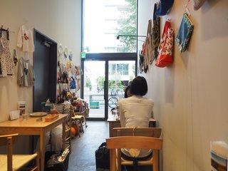 ウズナオムオム 駒込 - 店内のテーブル席の風景です