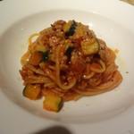 トラットリア ジリオロッソ - サルシッチャとズッキーニのトマトソーススパゲティ