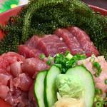 74459295 - マグロ三色丼(持ち込んだ海ぶどう乗せ)