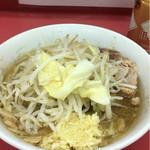 ラーメン二郎 - 麺半分、にんにく、烏龍茶