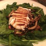 トラットリアチッチョ - キノコとベーコン、ほうれん草のサラダ インサラータ・フンギ