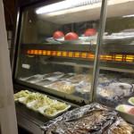 いわたや大衆食堂 - 冷蔵ケースの中にはおかずが並ぶ