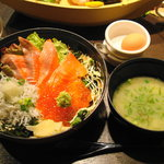 たこ島 - 釜揚げシラスシャケイクラ丼